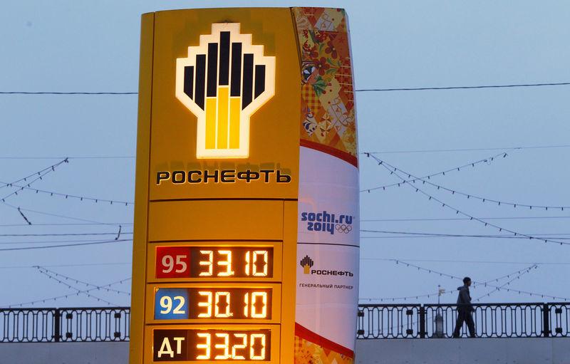 © Reuters. Логотип Роснефти на АЗС в Москве
