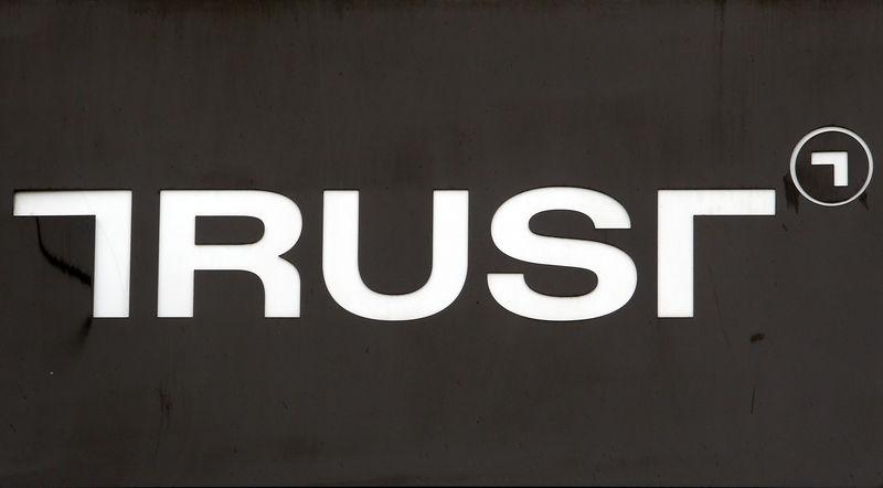 © Reuters. Логотип банка Траст в Москве