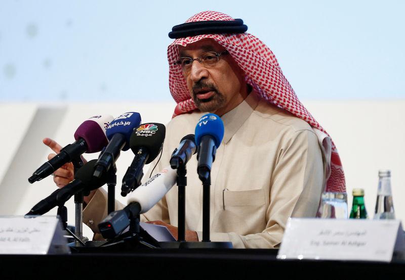 © Reuters. Министр энергетики Саудовской Аравии Халид аль-Фалих на пресс-конференции в Эр-Рияде