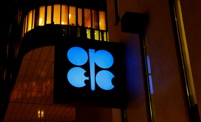 © Reuters. FILE PHOTO: The OPEC logo at the oil producer group's Vienna headquarters