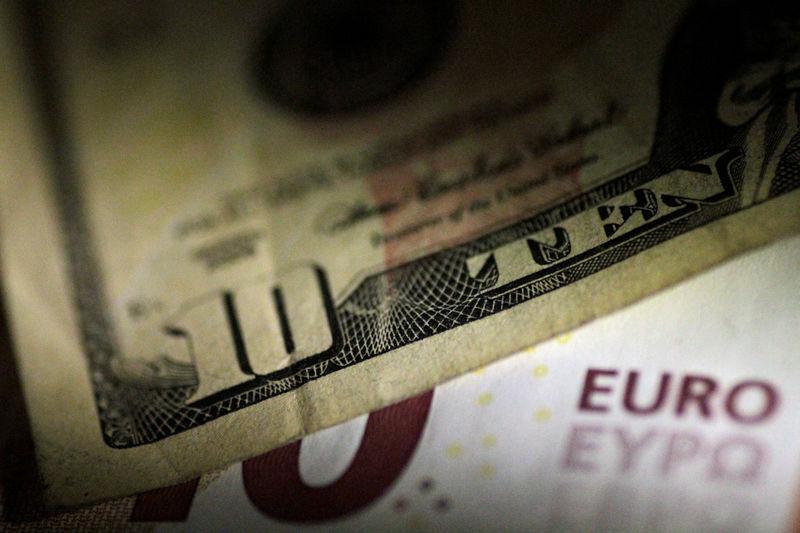 © Reuters. Банкноты доллара и евро
