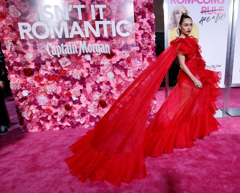 © Reuters. مايلي سايرس تحضر العرض الأول لفيلم (إزنت إت رومانتيك) بدلا من زوجها