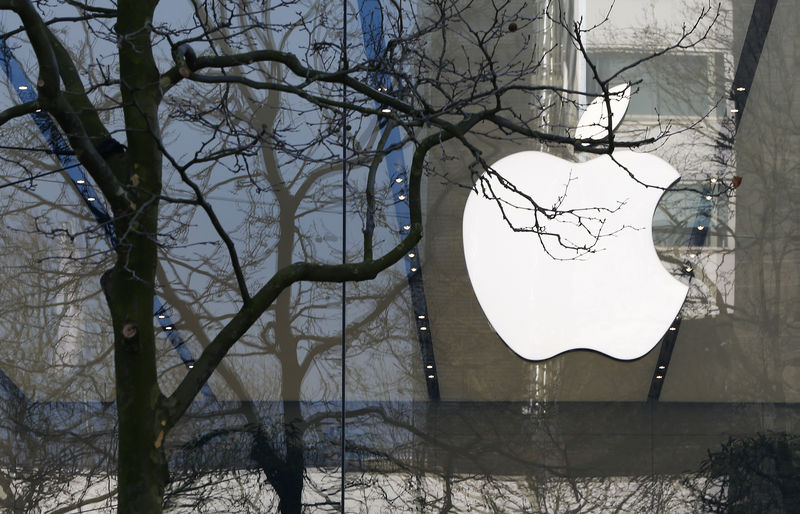 © Reuters. An Apple logo is seen at the entrance of an Apple Store in downtown Brussels