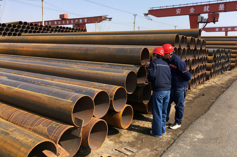 © Reuters. FILE PHOTO: Workers inspect steel pipes at a steel mill of Hebei Huayang Steel Pipe Co Ltd in Cangzhou