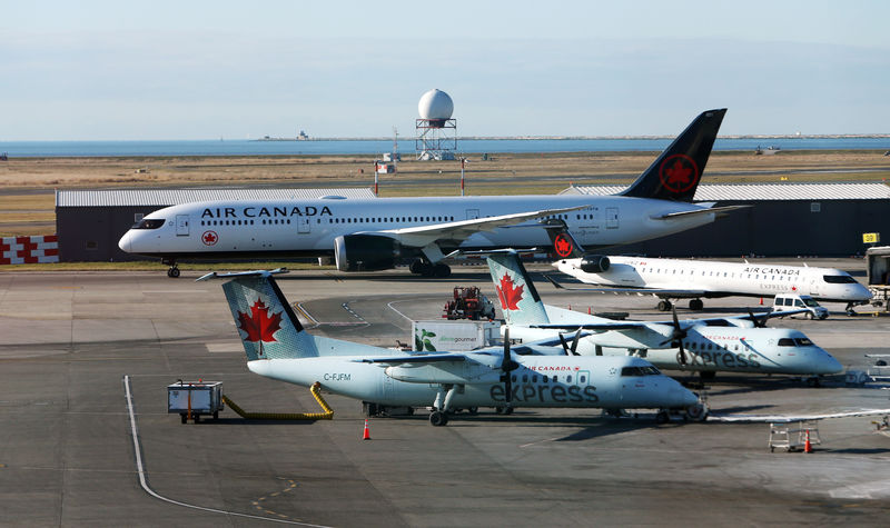 © Reuters. Air Canada airplanes are pictured at Vancouver's international airport in Richmond,