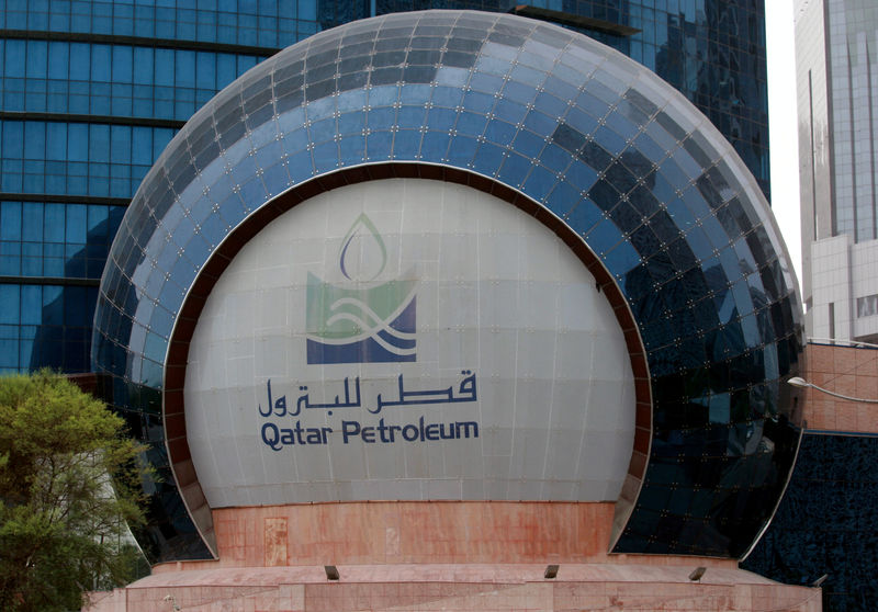© Reuters. FILE PHOTO: The logo of Qatar Petroleum is seen at its headquartes in Doha