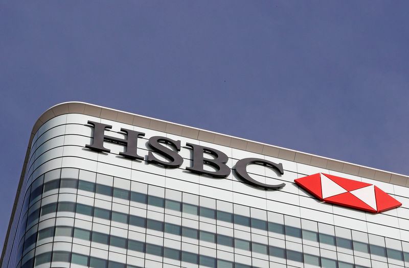 © Reuters. FILE PHOTO: The HSBC bank logo at the bank's Canary Wharf offices