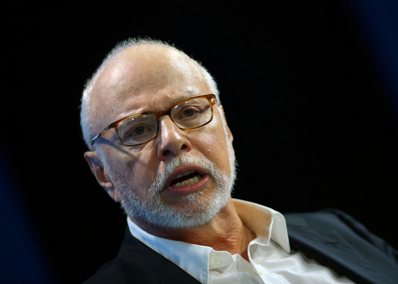 © Reuters. Paul Singer, founder and president of Elliott Management Corporation, speaks at WSJD Live conference in Laguna Beach