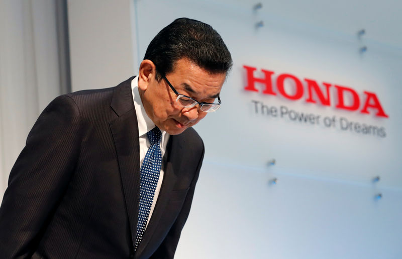 © Reuters. Honda Motor Chief Executive Takahiro Hachigo bows his head as he arrives at a news conference in Tokyo