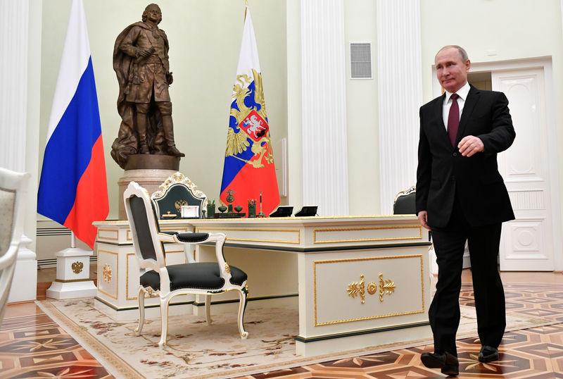 © Reuters. Президент РФ Владимир Путин на встрече с премьер-министром Японии Синдзо Абэ в Кремле