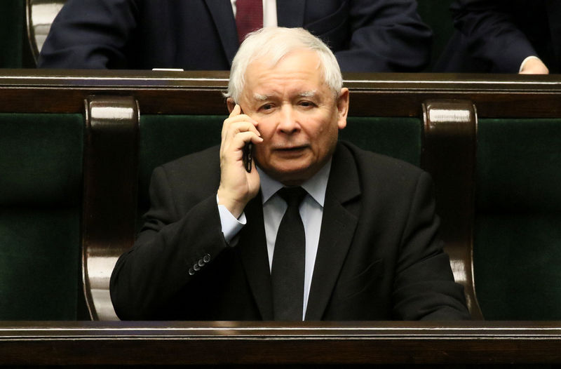 © Reuters. Jaroslaw Kaczynski, the leader of the ruling Law and Justice party speaks on a mobile phone during a session at the Parliament in Warsaw