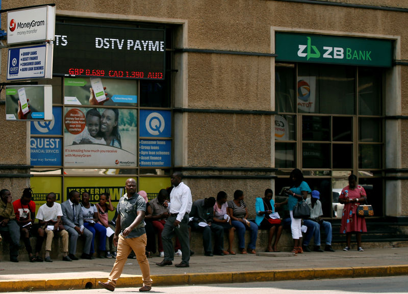 © Reuters. Zimbabweans queue outside a bank in Harare