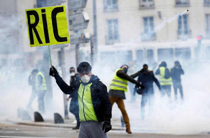 © Reuters. FILE PHOTO: A protester wearing a yellow vest attends a demonstration of the