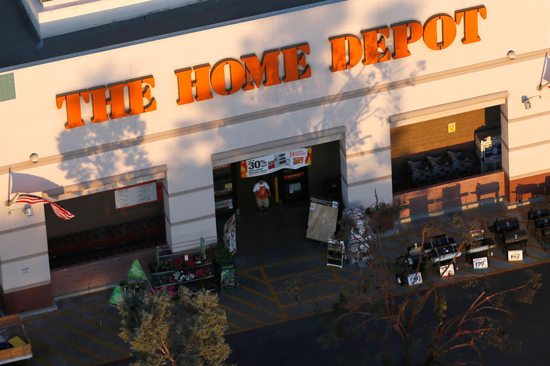 © Reuters. A Home Depot store is seen in Long Beach