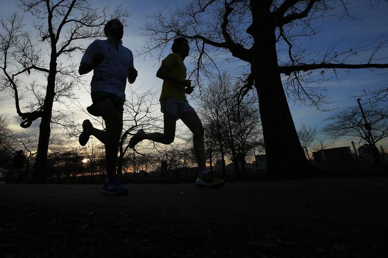 © Reuters. Chorney and Burnstein train for the Boston Marathon in Boston