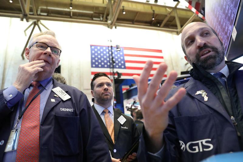 © Reuters. الأسهم الأمريكية تغلق مرتفعة والمؤشران داو جونز وإس آند بي500 يرتدان عن 3 جلسات متتالية من الخسائر