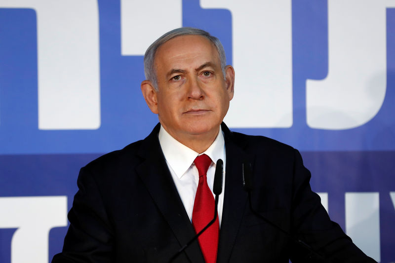© Reuters. FILE PHOTO:  Israeli Prime minister Benjamin Netanyahu delivers a statement to the media in his residency in Jerusalem
