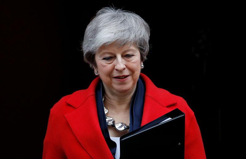 ©路透社。 英国首相特丽莎梅在伦敦唐宁街外被人看到