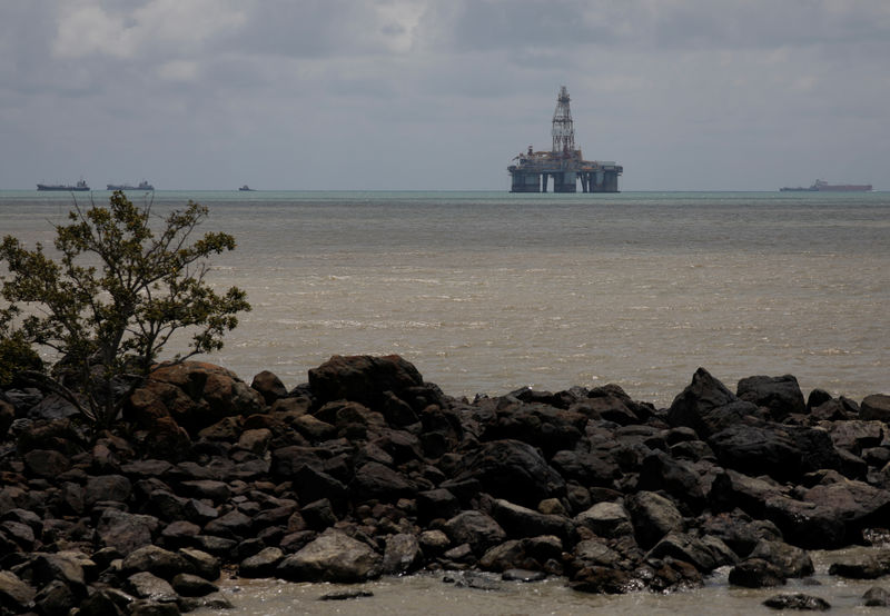 © Reuters. An oil rig is seen in the waters on the southern coast of Pengerang