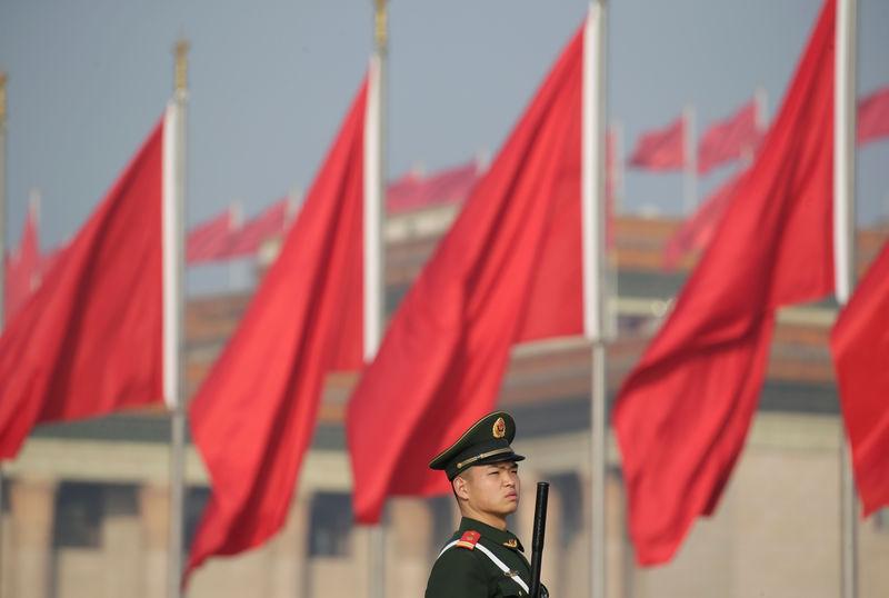 ©路透社。 一名准军事警察在中国全国人大会议期间在北京举行的天安门广场守卫