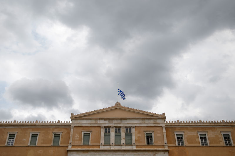 ©路透社。 希腊国旗悬挂在议会大楼半桅上,因为在雅典为野火灾的受害者宣布全国哀悼期