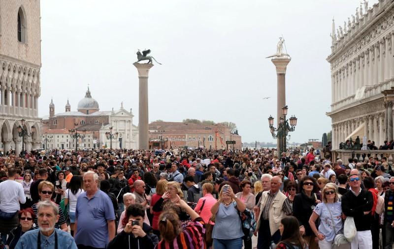 ©路透社。 文件照片:游客可以在威尼斯的圣马克广场看到