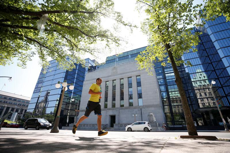 ©路透社。 文件照片:一位慢跑者经过渥太华的加拿大银行大楼