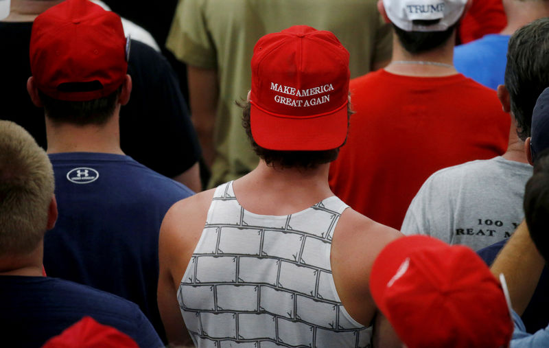 © Reuters. People listen in the crowd as U.S. President Donald Trump holds a Make America Great Again rally in Olentangy Orange High School in Lewis Center