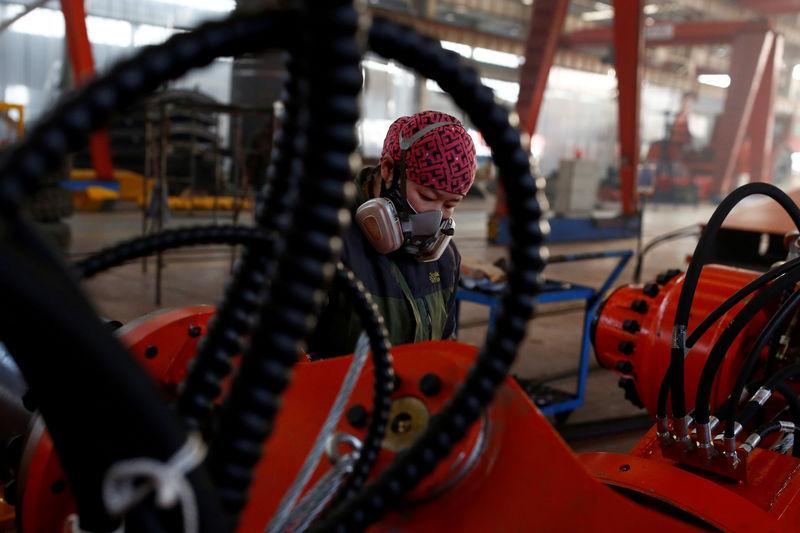 © Reuters. FOTO DE ARCHIVO: Una mujer trabaja en la fábrica de Tianye Tolian Heavy Industry Co, en Qinhuangdao