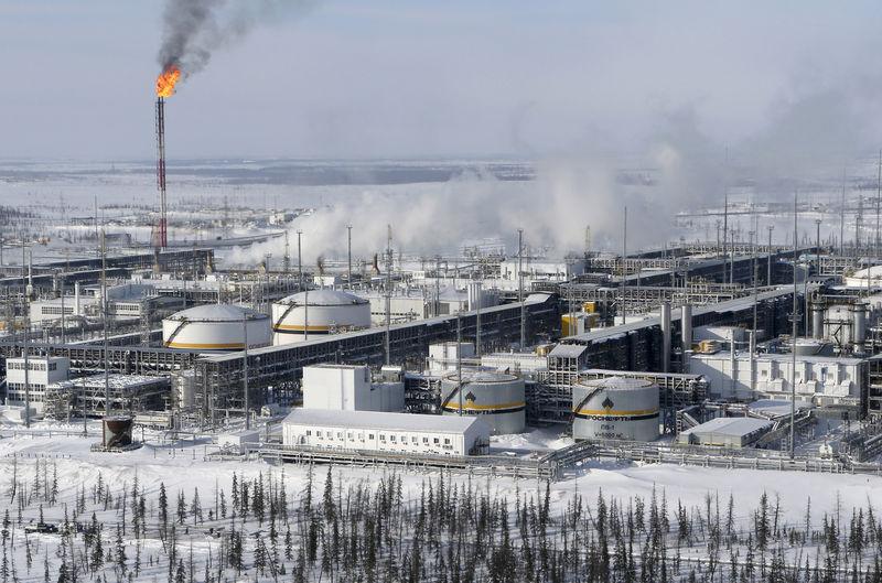 © Reuters. FILE PHOTO: A general view shows oil treatment facilities at Vankorskoye oil field owned by Rosneft north of Krasnoyarsk