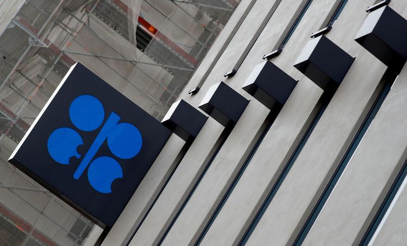 © रायटर। FILE PHOTO: पेट्रोलियम निर्यातक देशों के संगठन (ओपेक) का लोगो वियना में उनके मुख्यालय के बाहर देखा जाता है