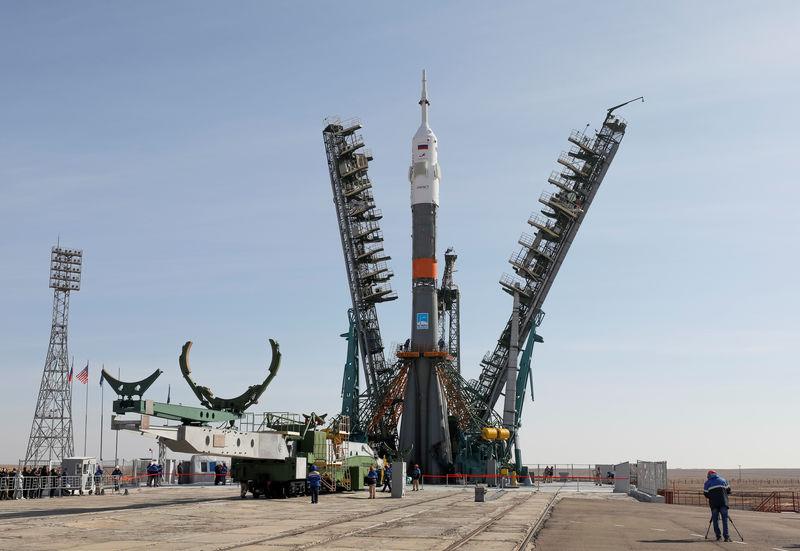 © Reuters. انطلاق المركبة الروسية سويوز إلى الفضاء وعلى متنها ثلاثة رواد