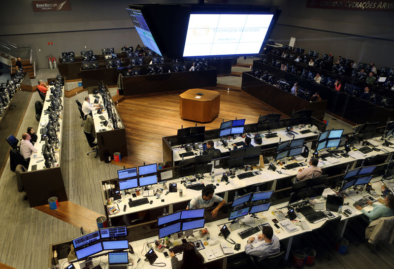 © Reuters. Operadores atuam na Bolsa de Valores de São Paulo