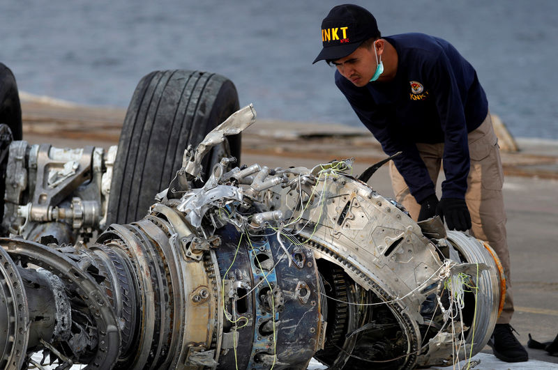 © Reuters. An Indonesian National Transportation Safety Commission (KNKT) official examines a turbine engine from the Lion Air flight JT610 at Tanjung Priok port in Jakarta