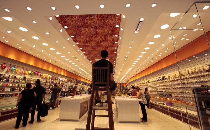 © Reuters. Consumidores fazendo compras em um Shopping em São Paulo