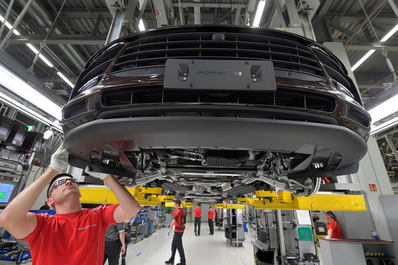 © Reuters. FILE PHOTO: Photo tour at Porsche plant in Leipzig