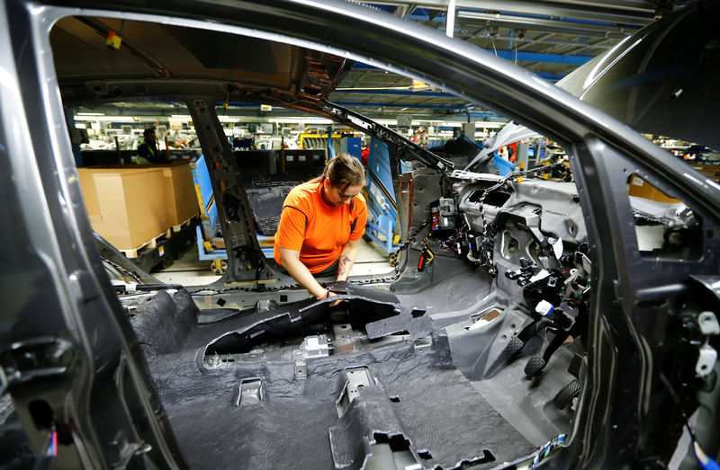 © Reuters. FILE PHOTO - Woman at work at Ford Fiesta assembly line in Cologne