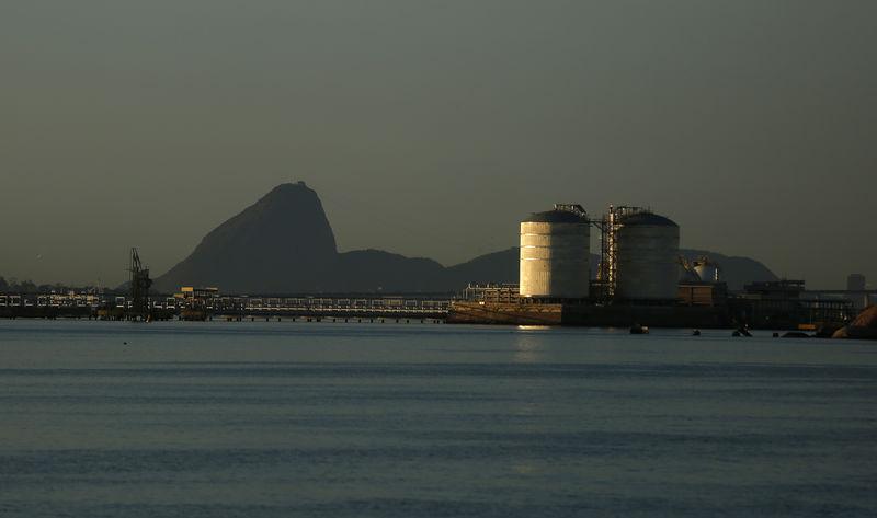 © Reuters. Tanques para armazenamento de gás natural na Baía de Guanabara, Rio de Janeiro
