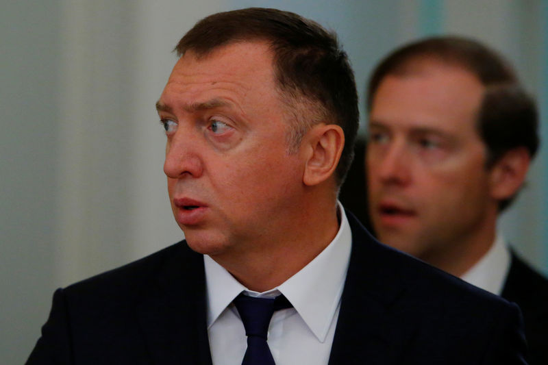 © Reuters. Russian aluminium tycoon Deripaska and Industry and Trade Minister Manturov arrive for the talks of Russian President Putin with South Korean President Moon in Moscow