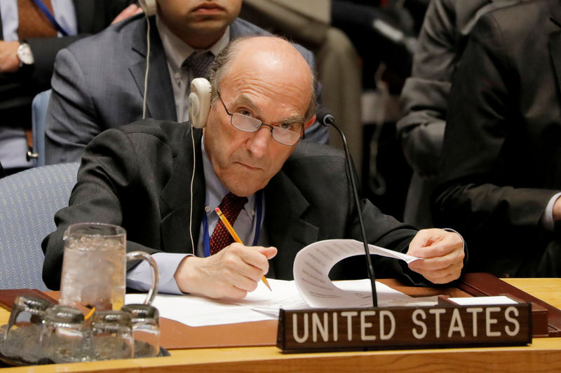 © Reuters. FILE PHOTO: United States diplomat Elliott Abrams takes notes during a meeting of the U.N. Security Council called to vote on a U.S. draft resolution calling for free and fair presidential elections in Venezuela at U.N. headquarters in New York