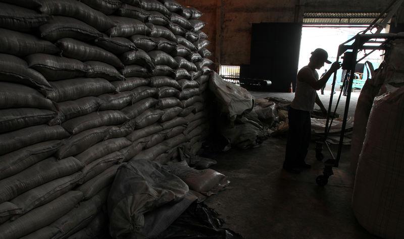 © Reuters. Trabalhador em meio a sacas de açúcar em Campos dos Goytacazes (RJ)