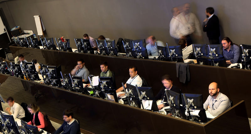 © Reuters. Operadores trabalham na Bolsa de Valores de São Paulo