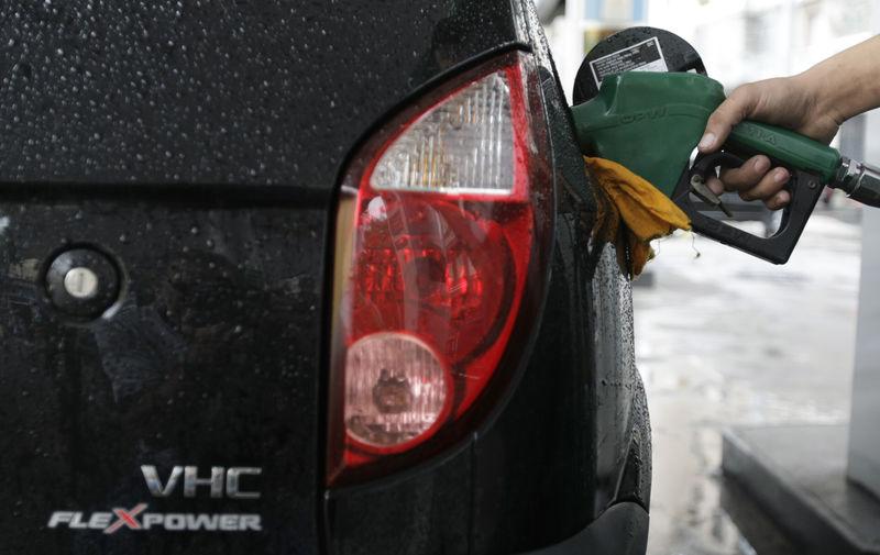 © Reuters. Carro é abastecido com etanol em posto do Rio de Janeiro