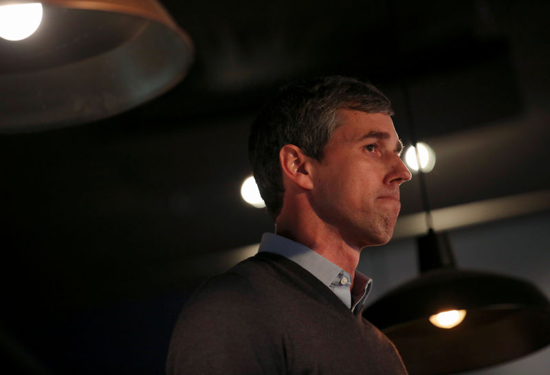 © Reuters. Democratic 2020 presidential candidate Beto O'Rourke speaks with supporters during a three day road trip across Iowa