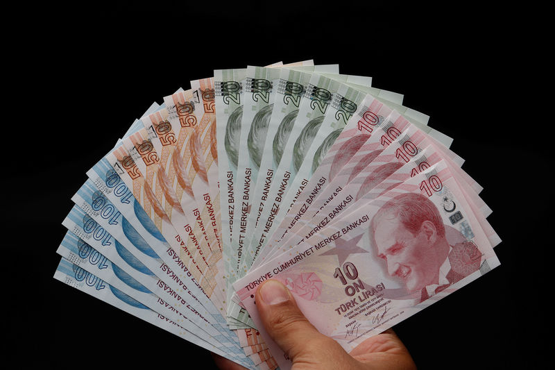 © Reuters. Turkish lira banknotes are seen in this picture illustration in Istanbul
