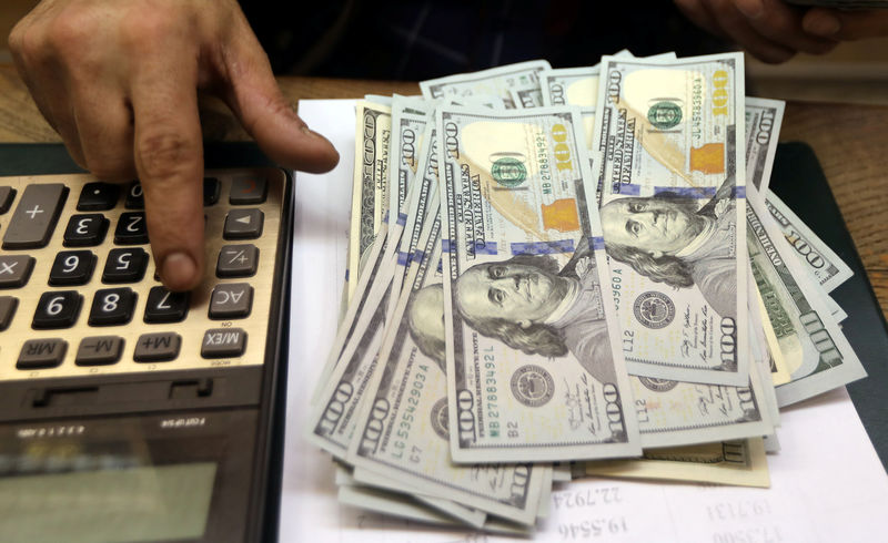 © Reuters. An employee counts U.S. dollar bills at a money exchange office in central Cairo