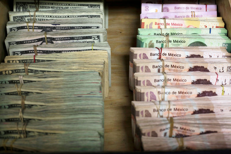 © Reuters. FILE PHOTO: Bundles of Mexican peso and U.S. dollar banknotes are pictured at a currency exchange shop in Ciudad Juarez