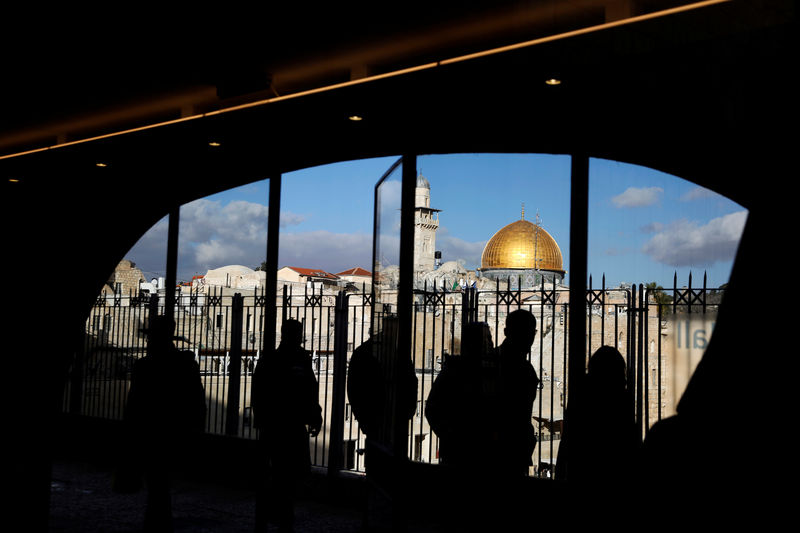 © Reuters. People look out from a building facing the Dome of the Rock, located in Jerusalem's Old City on the compound known to Muslims as Noble Sanctuary and to Jews as Temple Mount