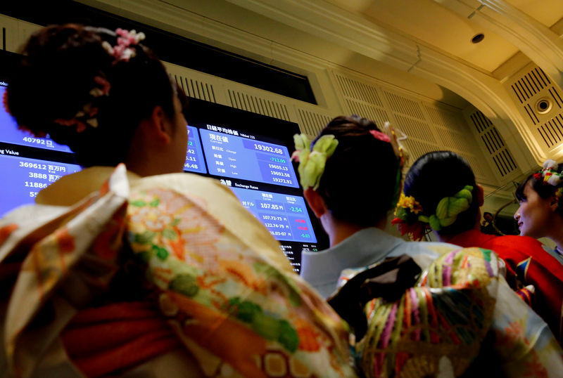 © Reuters. Women dressed in ceremonial kimonos are looking at an electronic map showing the Nikkei average after the opening ceremony on the Tokyo Stock Exchange (TSE), which was held to desire the success of Japan's stock market in Tokyo