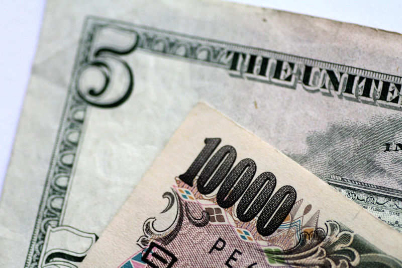 © Reuters. Illustration photo of U.S. Dollar and Japan Yen notes